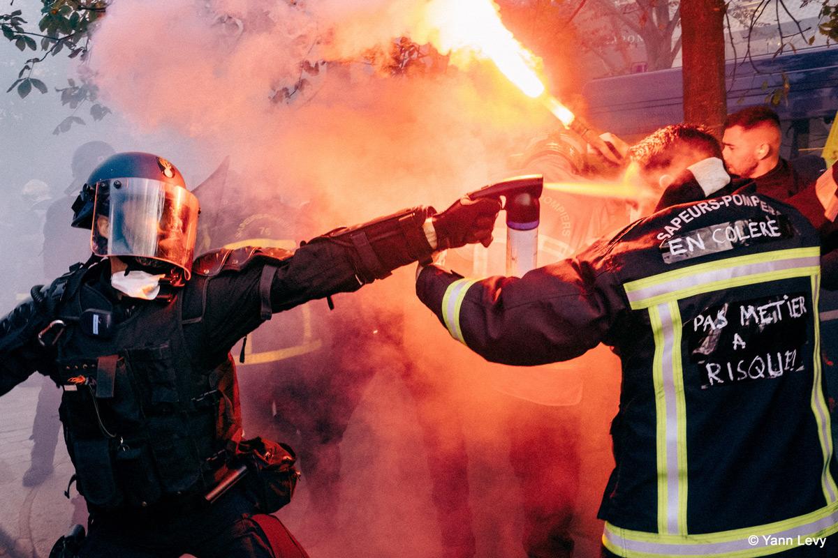 Pompier-gazé-garde-mobile-Manifestation-Paris-Yann-Levy